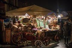 波兰,克拉科夫- 2015年1月01日:整整欢乐的新年在主要集市广场的夜克拉科夫 免版税图库摄影