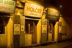 波兰,克拉科夫- 2015年1月01日:Szeroka街在晚上在卡齐米日有战前看法 免版税库存图片