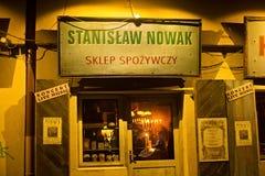 波兰,克拉科夫- 2015年1月01日:Szeroka街在晚上在卡齐米日有战前看法 图库摄影
