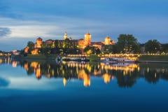 波兰,克拉科夫- 5月5 :Wawel城堡晚上,从江边的看法2015年5月5日在克拉科夫,波兰 库存图片