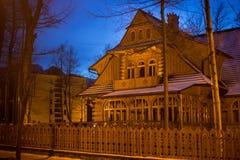 波兰,扎科帕内- 2015年1月03日:在街道上的传统木村庄房子在扎科帕内 免版税库存照片