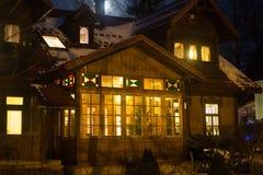 波兰,扎科帕内- 2015年1月03日:在街道上的传统木村庄房子在扎科帕内 免版税图库摄影