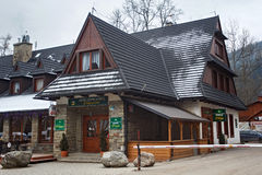 波兰,扎科帕内- 2015年1月04日:有木元素的石房子在扎科帕内 免版税库存图片