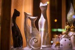 波兰,扎科帕内- 2015年1月03日:猫纪念品小雕象在一个商店窗口里在扎科帕内 库存图片