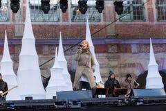 波兰,格但斯克- 2011年12月18日:一个未知的少妇执行圣诞节歌曲 免版税库存图片