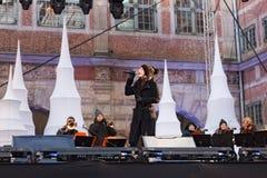 波兰,格但斯克- 2011年12月18日:一个未知的少妇执行圣诞节歌曲 图库摄影