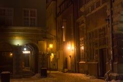 波兰,格但斯克- 2014年12月30日:在买多市场Dlugi Targ街道上的历史大厦在晚上 库存图片