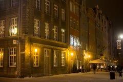 波兰,格但斯克- 2014年12月30日:在买多市场Dlugi Targ街道上的历史大厦在晚上 图库摄影