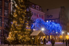 波兰,格但斯克- 2014年12月30日:在欢乐装饰的圣诞树在买多市场Dlugi Targ街道上 免版税库存图片