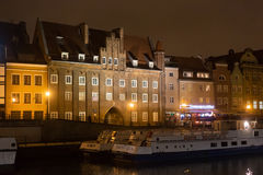 波兰,格但斯克- 2014年12月12日:在Motlawa河的海岸的历史建筑城市的老部分的 免版税图库摄影
