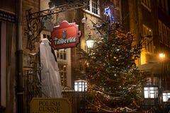 波兰,格但斯克- 2014年12月30日:格但斯克夜街道欢乐装饰的在圣诞节前 免版税图库摄影