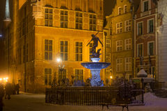 波兰,格但斯克- 2014年12月30日:海王星著名喷泉在买多市场Dlugi Targ街道上的在晚上 免版税图库摄影
