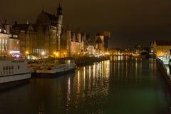 波兰,格但斯克- 2014年12月12日:镇和Motlawa河的历史的部分全景有它的著名中世纪起重机的 免版税库存图片