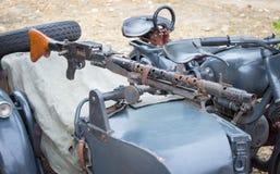 波兰,波兹南- 2016年10月1日 有登上的机枪MG的42军用摩托车 免版税库存照片