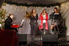 波兰,索波特- 2014年12月14日:一个未知的青年小组执行宽容圣诞节歌曲 免版税库存照片