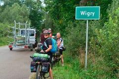 波兰, Wigierski公园Narodowy,在自行车,循环的Suwalskie powiat波德拉谢省、Wigry、2017年8月15日,男人和妇女 免版税库存照片