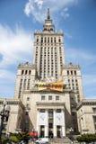 波兰-华沙- 08 05 2015 - 历史建筑入口文化宫殿塔时钟 库存照片