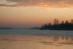 波兰 在河的冬天黎明 水平 免版税库存图片