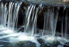 波兰 小的瀑布在公园 水平 免版税图库摄影