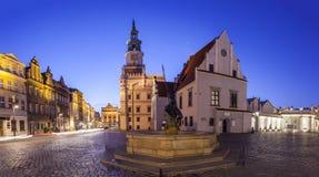 波兹南老集市广场夜视图在西波兰 免版税库存照片