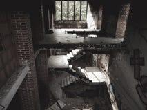 波兹南,波兰- 09 12 2014年:在被放弃的大厦的楼梯在马尔他湖附近 库存照片
