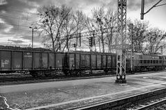 波兹南,波兰- 2016年12月08日:有煤炭的无盖货车 汽车题字PKP货物 库存图片