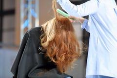 波兹南,波兰- 5月07 2016年:安排发型的美发师在T 免版税图库摄影