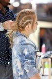 波兹南,波兰- 5月07 2016年:安排发型的美发师在T 库存照片