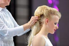 波兹南,波兰- 5月07 2016年:安排发型的美发师在T 库存图片