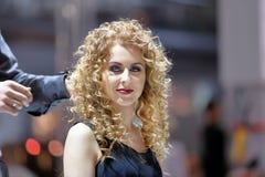 波兹南,波兰- 5月07 2016年:安排发型的美发师在T 免版税库存图片