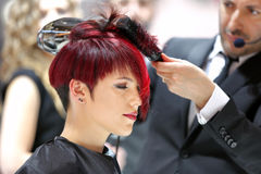 波兹南,波兰- 5月07 2016年:安排发型usin的美发师 库存照片