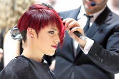 波兹南,波兰- 5月07 2016年:安排发型usin的美发师 免版税库存图片