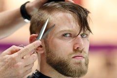 波兹南,波兰- 5月07 2016年:美发师有sc的饰物头发 免版税图库摄影