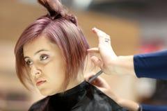 波兹南,波兰- 5月07 2016年:美发师有sc的饰物头发 免版税库存图片