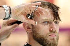 波兹南,波兰- 5月07 2016年:美发师有sc的饰物头发 免版税库存照片