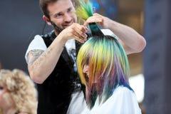 波兹南,波兰- 5月07 2016年:美发师有sc的饰物头发 图库摄影