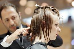 波兹南,波兰- 5月07 2016年:整理棕色头发w的美发师 免版税图库摄影