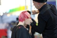 波兹南,波兰- 5月07 2016年:整理红色头发机智的美发师 免版税库存照片