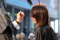 波兹南- 4月18 :塑造有drayer的美发师棕色头发 免版税库存照片