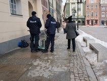 检查街道的警察musican 图库摄影