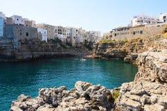 波利尼亚诺阿马雷海湾,这个镇最旧的中坚力量在岩石踢马刺突出物,普利亚,意大利上升 库存照片