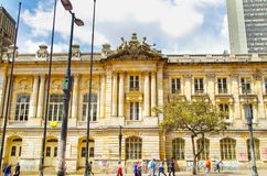 波哥大,哥伦比亚- 2017年10月, 11日:走在历史建筑圣前面的未认出的人民美丽的景色  免版税库存照片