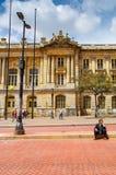 波哥大,哥伦比亚- 2017年10月, 11日:走在历史建筑旧金山宫殿前面的未认出的人民 免版税图库摄影