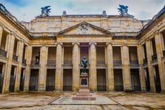波哥大,哥伦比亚2017年10月22日:在哥伦比亚的国会大厦和国会,波哥大庭院的美好的铜雕塑  库存图片
