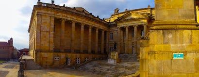 波哥大,哥伦比亚2017年10月22日:美丽输入哥伦比亚的国会大厦和国会,波哥大庭院  免版税库存图片