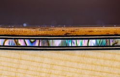 波城鲍鱼海在吉他的koa捆绑的壳镶嵌 库存图片