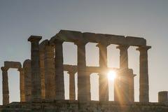 波塞冬剪影寺庙在反对太阳的Sounio希腊发出光线 免版税库存图片