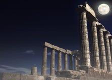 波塞冬在海角Sounion的` s寺庙在满月- Attica,希腊下 免版税库存照片