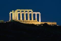 波塞冬的寺庙在Sounio希腊 被停泊的晚上端口船视图 免版税图库摄影