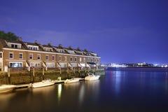 波士顿北边有船坞的江边住房 库存图片